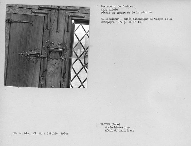 Serrurerie de la fenêtre à six baies, détail du loquet et de la platine