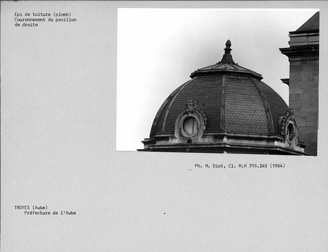 Epi de toiture en plomb couvrant le pavillon à droite de la préfecture