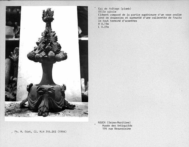 Epi de faîtage en plomb, partie de vase ovoïde orné de draperies et surmonté d'une collerette de fruits et de feuilles d'acanthes