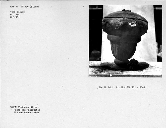 Partie d'épi de faîtage en plomb en forme de vase ovoïde