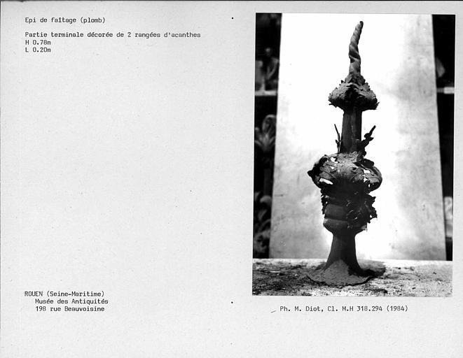 Partie terminale d'épi de faîtage en plomb décorée de deux rangées d'acanthes
