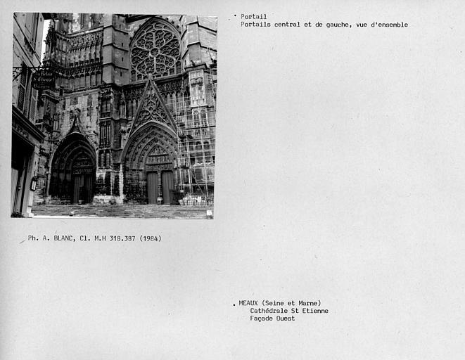 Vue d'ensemble de la façade ouest, portail central et de gauche