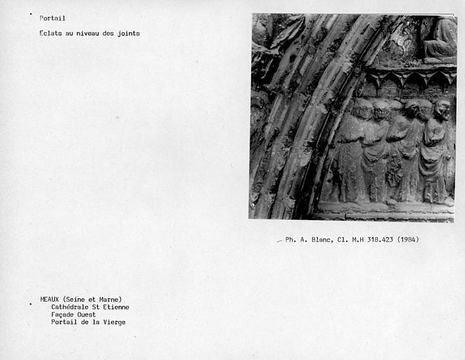 Façade ouest, portail de la Vierge, éclats au niveau des joints