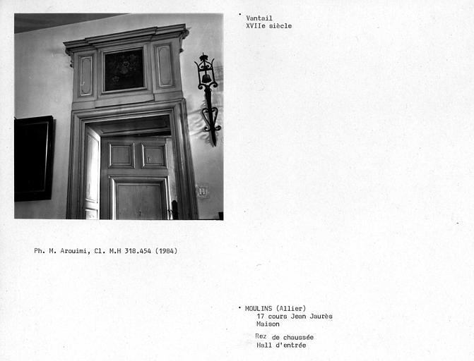 Vantail de la porte du salon de droite donnant dans le hall du rez-de-chaussée