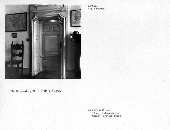 Vantail de la porte donnant dans le salon de droite du premier étage