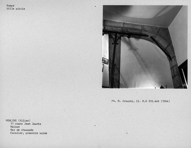 Rampe d'escalier du rez-de-chaussée, élément de fer forgé de l'arc