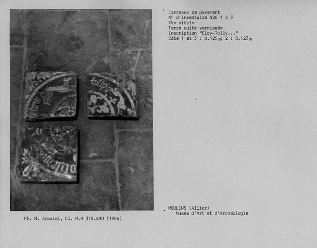 Carreaux de pavement en terre cuite vernissée portant l'inscription 'Eloy-Tolly', n° 426 1 à 3