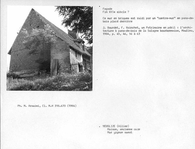 Mur en briques du pignon ouest, raidi par un 'contre-muré en pan-de-bois placé derrière