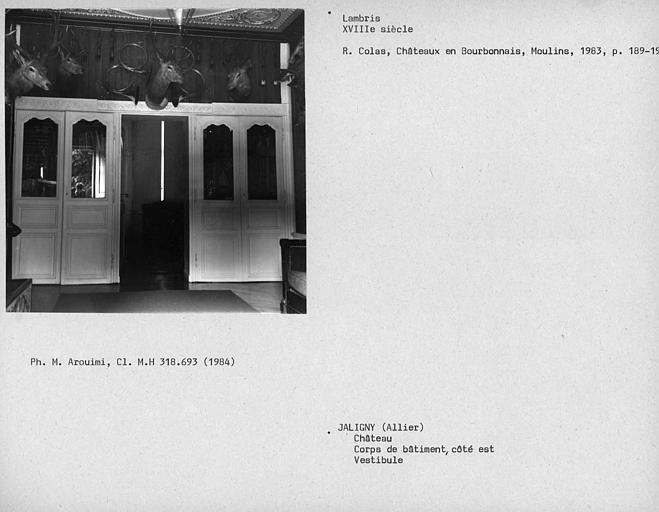 Lambris dans le vestibule du rez-de-chaussée avec une porte vitrée donnant dans la salle de billard