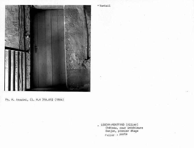 Porte au premier étage du donjon, vantail intérieur simple, planches jointives verticales