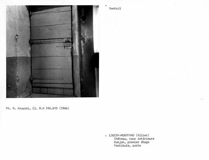 Revers de porte au premier étage du donjon, vantail intérieur simple, planches jointives verticales