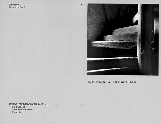Escalier de charpente en bois, vue du rez-de-chaussée
