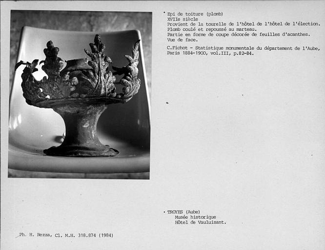 Epi de toiture en plomb de la tourelle, déposé, partie en forme de coupe décorée de feuilles d'acanthes, vue de face