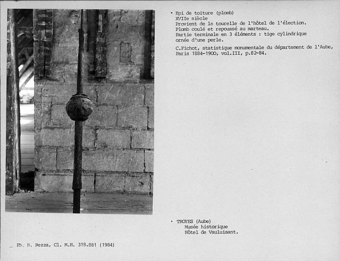 Epi de toiture en plomb de la tourelle, déposé, partie terminale en trois éléments : tige cylindrique ornée d'une perle