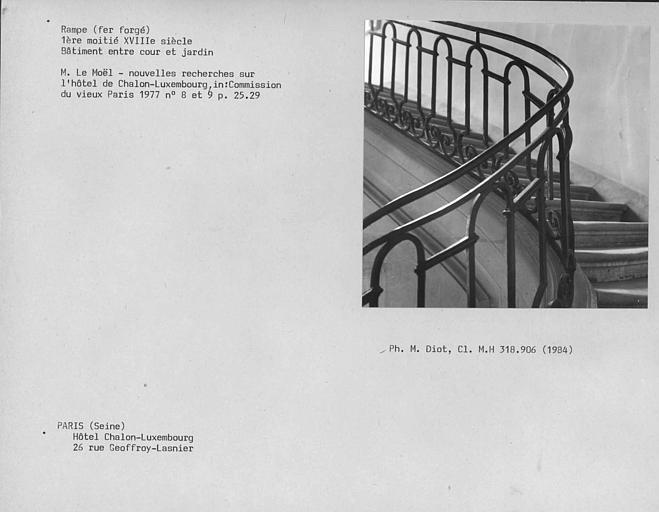 Rampe en fer forgé de l'escalier de maçonnerie de l'hôtel