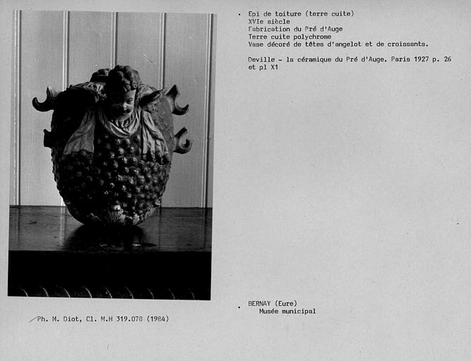 Epi de toiture en terre cuite polychrome, fragment de vase à décor de têtes d'angelots et de croissants du Pré d'Auge