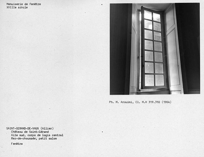 Fenêtre du petit salon au rez-de-chaussée de l'aile sud