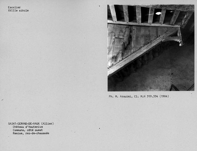 Départ de l'escalier de charpente en bois des communs, côté ouest