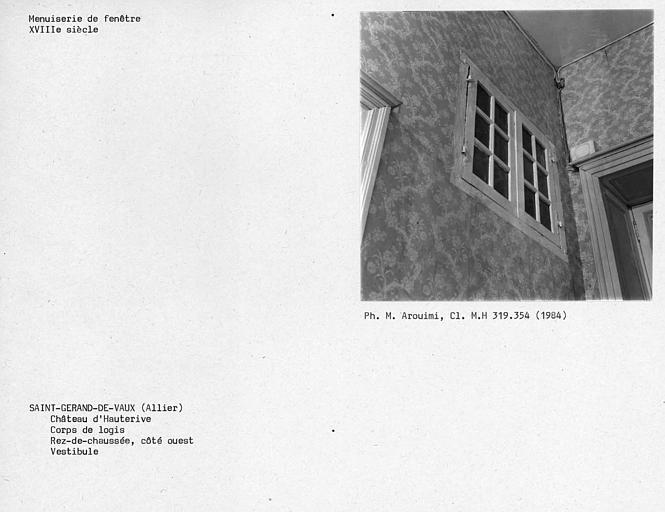 Fenêtre intérieure droite du vestibule au rez-de-chaussée du corps de logis