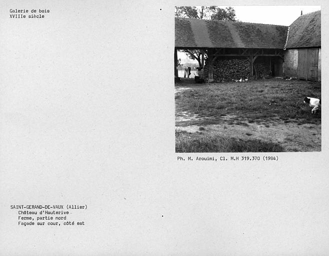 Galerie de bois de la façade sur cour de la grange