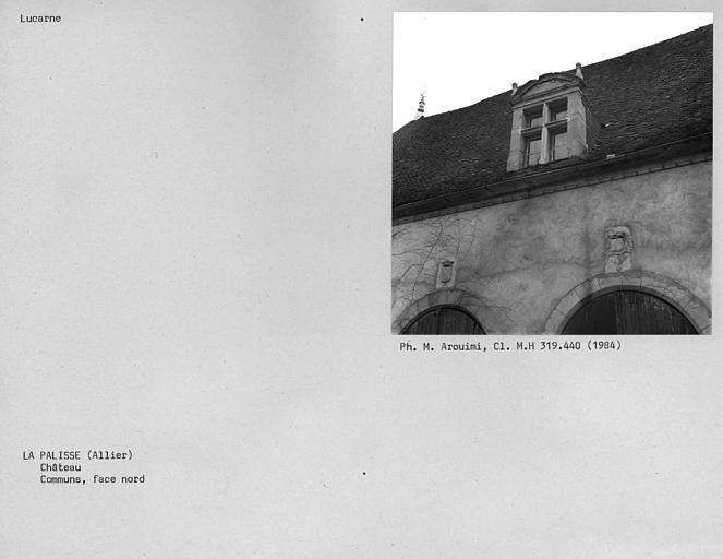 Lucarne sur la façade nord des communs