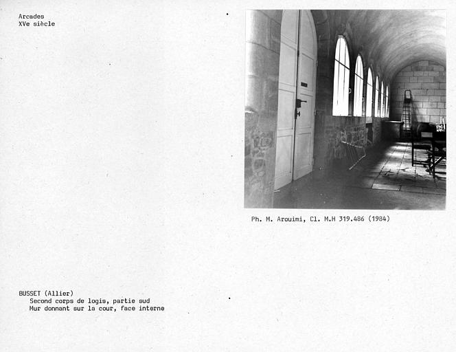 Galerie au rez-de-chaussée du deuxième corps de logis, face interne du mur donnant sur la cour