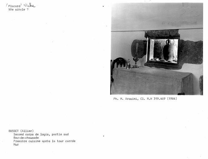 Deuxième corps de logis, première cuisine donnant sur la galerie au rez-de-chaussée, niche au revers du mur