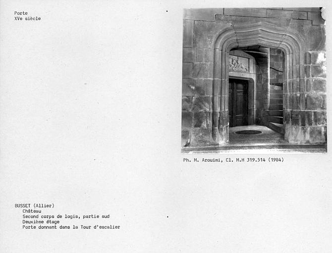 Façade nord-ouest. Second corps de logis, partie sud. Porte au deuxième étage de la Tour d'escalier