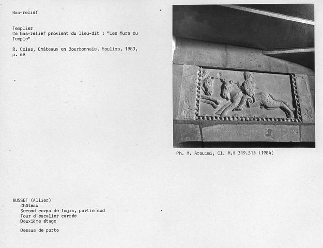 Bas-relief sculpté du dessus de porte au deuxième étage de la Tour carrée