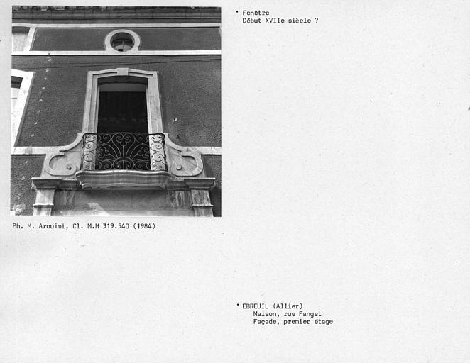 Fenêtre de la façade, premier étage, grille du balcon