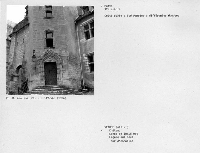 Corps de logis est, façade sur cour. Porte de la tour d'escalier
