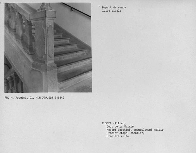 Départ de la rampe d'escalier au premier étage, troisième volée