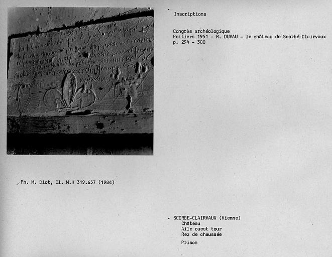 Prison de la tour de l'aile du 15e siècleme, inscription sur une pierre et dessin de fleurs de lys