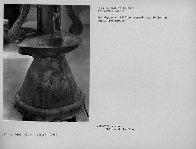 Epi de faîtage en plomb déposé en 1983, détail de la partie basse