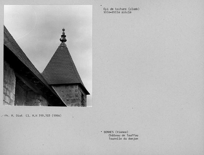 Epi de toiture en plomb sur la tourelle carrée du donjon