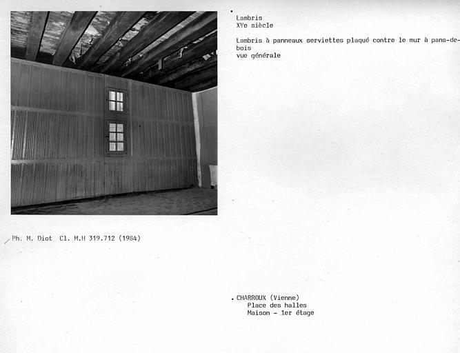 Lambris à panneaux serviette plaqué contre le mur à pan-de-bois, au deuxième étage