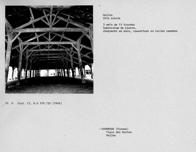 Vue intérieure des halles et de la charpente de bois