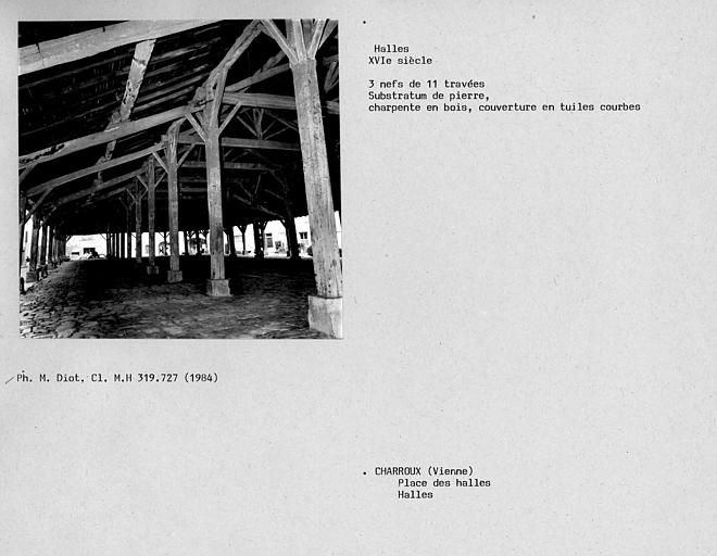 Vue d'une travée des halles, charpente de bois