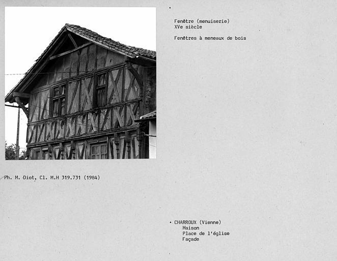 Fenêtres à meneaux de bois sur la partie haute de la façade