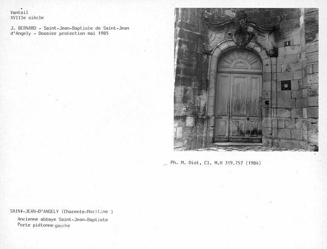 Vantaux du portail d'entrée, médaillon sculpté de style rocaille de la porte piétonne gauche