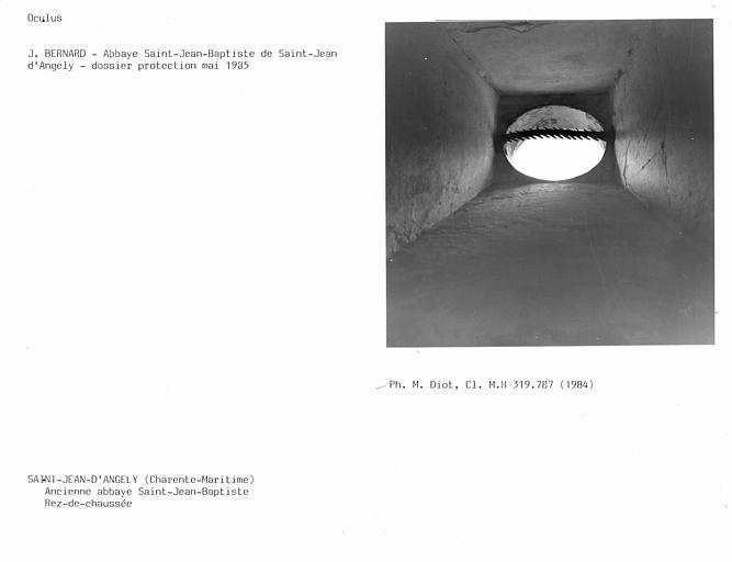 Aile ouest du réfectoire, soupirail ou jour de terre au fond du couloir