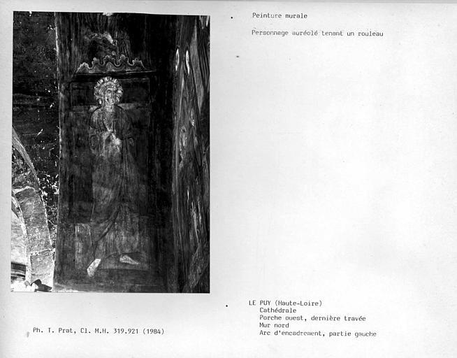 Partie gauche de l'arc d'encadrement du mur nord de la dernière travée du porche ouest : un personnage auréolé tenant un rouleau