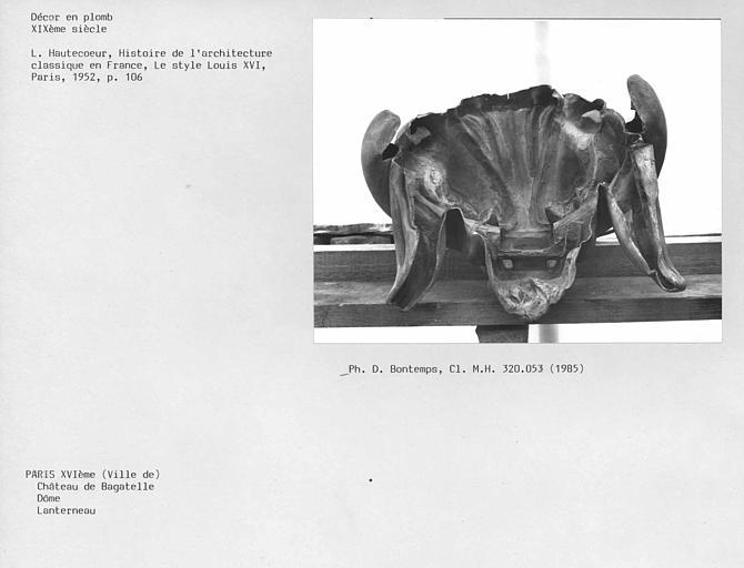 Partie supérieure du dôme, décor en plomb du lanternon : tête de lion, vue de dos
