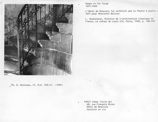 Corps de bâtiment arrière sur cour, rampe en fer forgé de l'escalier en vis