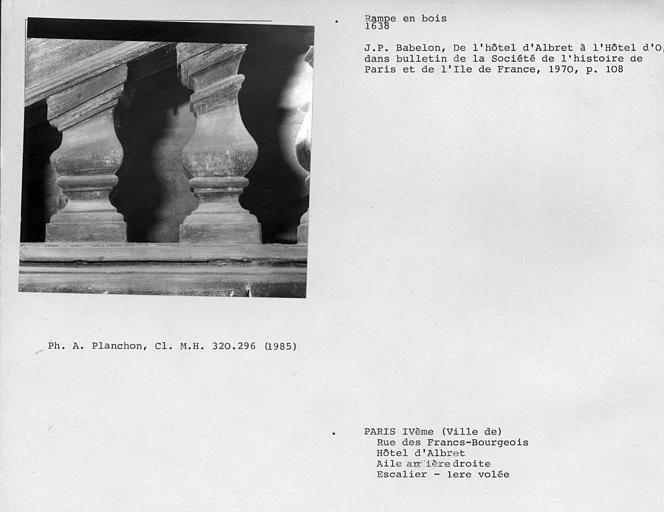 Face externe de la première volée de l'escalier, détail de la rampe en bois, premier et deuxième balustres côté premier palier