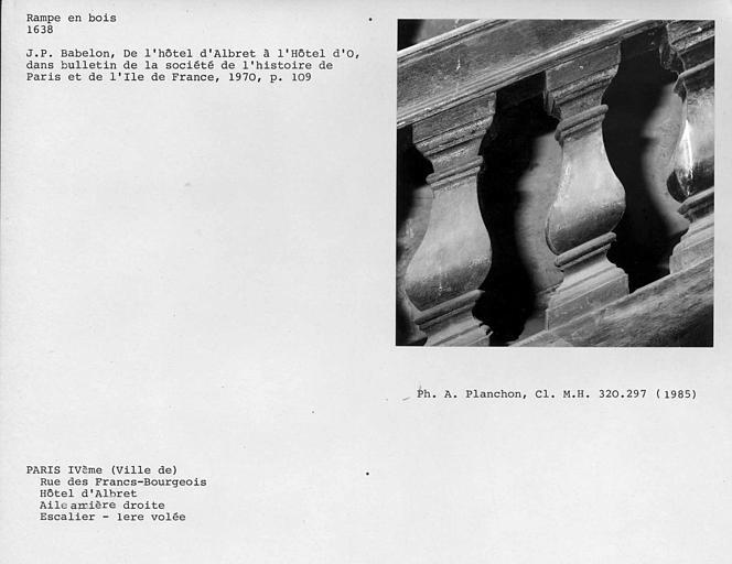 Face externe de la première volée de l'escalier, détail de la rampe en bois, troisième, quatrième et cinquième balustres côté premier palier