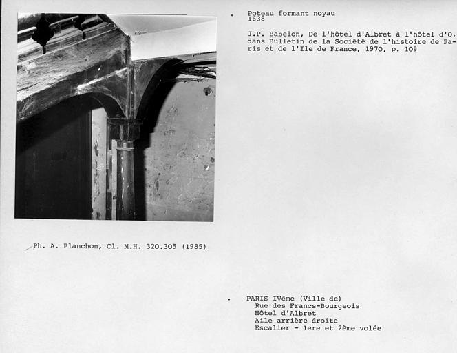 Aile arrière droite. Détail de la rampe en bois de l'escalier, partie haute du poteau formant noyau, première et deuxième volée