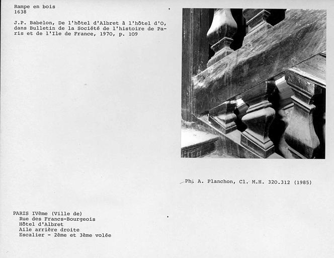 Aile arrière droite. Détail de la rampe en bois de l'escalier, troisième palier, deuxième et troisième volées
