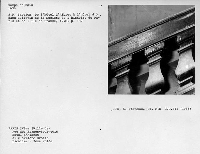 Aile arrière droite. Détail de la rampe en bois de l'escalier, partie haute des deuxième, troisième et quatrième balustres de la troisième volée, face externe