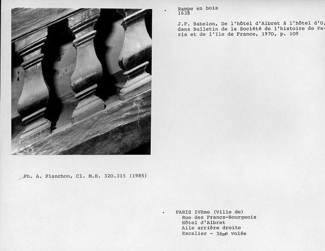 Aile arrière droite. Détail de la rampe en bois de l'escalier, partie basse des deuxième, troisième et quatrième balustres de la troisième volée, face externe